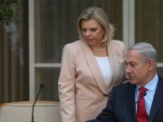 """نتنياهو يتعرض لموقف """"محرج"""" أمام الكاميرات بسبب زوجته"""
