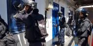 الاحتلال يواصل التنكيل بالأسرى و السجون على حافة الانفجار