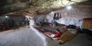 هربا من تغول الاستيطان.. فلسطينيون يقطنون الكهوف