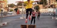 شاهد| فريق فلسطيني يمارس ﺭﻳﺎﺿﺔ «ﺍﻟﺴﻜﻴﺖ» ﻓﻲ شوارع خانيونس