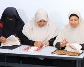 نساء فلسطينيات يحاربن السرطان بالتطريز