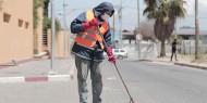 عمال النظافة يواجهون مخاطر عملهم في ظل تفشي وباء كورونا بغزة