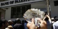 خصومات البنوك في غزة تنتزع فرحة موظفي السلطة وتثير استياءهم
