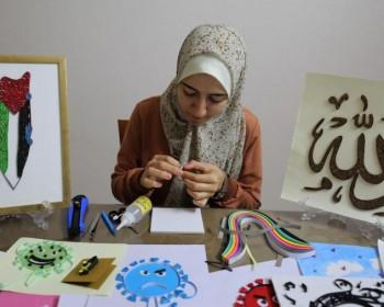 فنانة شابة تحول شرائط الورق إلى لوحات فنية
