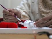 سيدة غزية تصنع الدمى اعتزاز بالتراث الفلسطيني