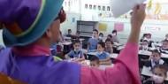 """خاص بالفيديو والصور   """"مسرحة المناهج"""".. معلم يوظف شخصية """"المهرج"""" في التدريس لطلابه بمدارس غزة"""