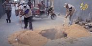 """خاص بالفيديو والصور   أهالي """"عبسان الكبيرة"""" يناشدون المسؤولين التدخل لوقف انهيار آبار الصرف الصحي"""